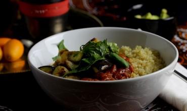 Ayurvedischer Melanzani-Tomatentopf mit Quinoa