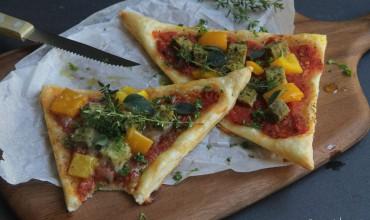 schnelle Blätterteigpizza mit Basilikumtofu