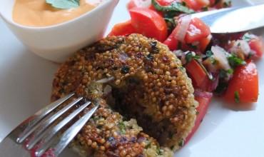 Quinoalaibchen mit Paprikadip und Tomatensalat