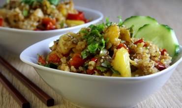 Gebratener Reis mit Ananas und Erdnüssen