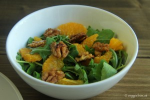 Rucolasalat mit Orangenfilets und Walnüssen